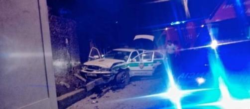 Carro patrulha da GNR galgou pequeno muro.