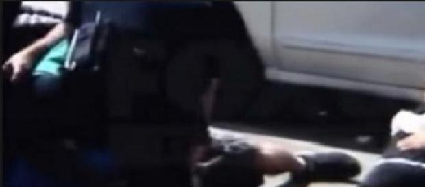 Femeie însărcinată lovită de polițiști