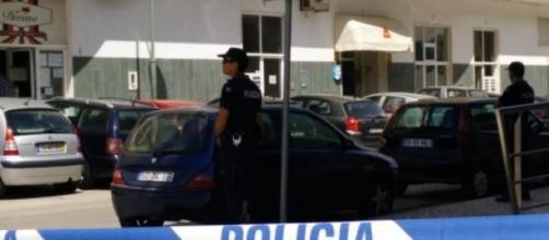 A polícia chegou tarde ao local.