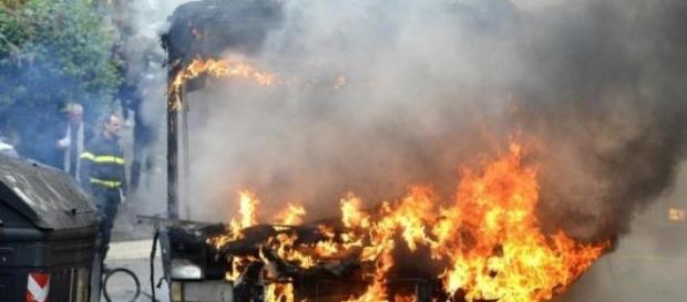 Autobus in fiamme a Roma.