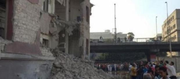 Destruição da fachada e inundação devido ao ataque
