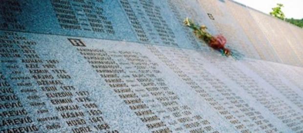 I nomi delle vittime sul mausoleo di Potocari.