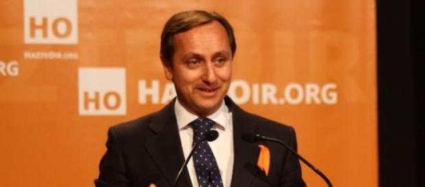 Carlos Cuesta recoge un premio de Hazte Oír.
