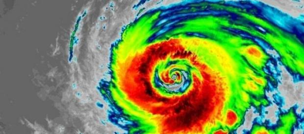 El fuerte tifón Nangka en su rumbo a Japón
