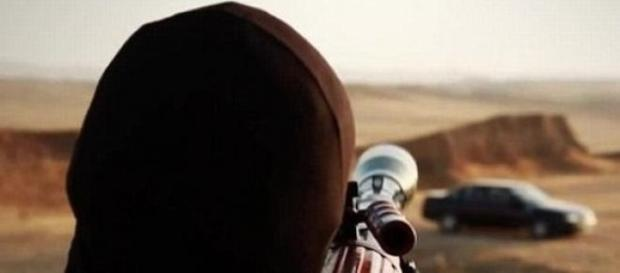 Militante jihadista treina pontaria em um veículo