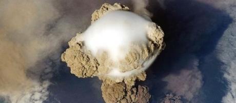 Erupción del volcán Sarychev en 2011