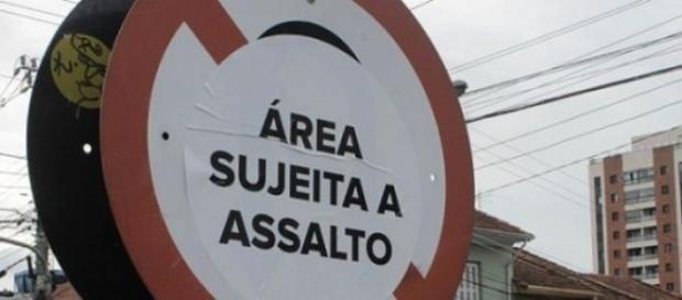 Este aviso parece estar colocado em cada esquina