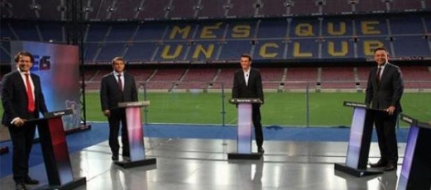 Los candidatos del debate, cada uno en su tarima