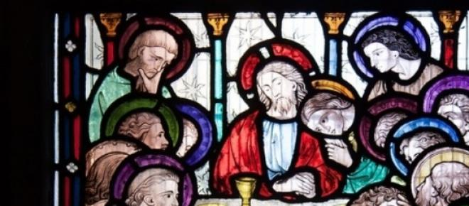 Sfantul Graal este considerat de unii a fi potirul din care a baut Isus la Cina cea de Taina. Leonardo da Vinci, in Cina cea de Taina, picteaza in dreapta lui Isus o femeie care ar putea fi Maria Magdalena.