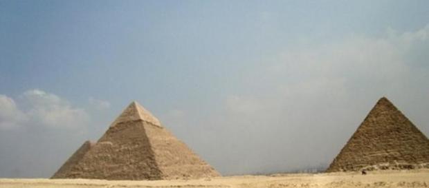 Piramidele egiptene de pe platoul Giza.
