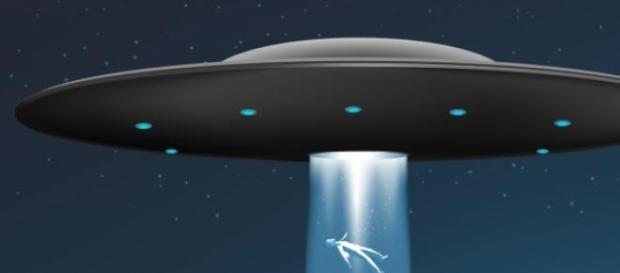 Sopra ricostruzione di fantasia di un UFO rapitore