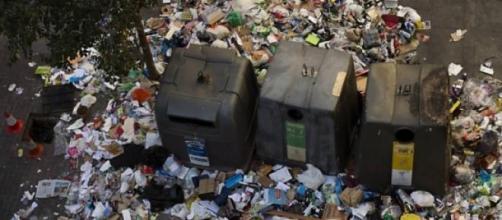 Mãe deixou o filho num contentor do lixo.