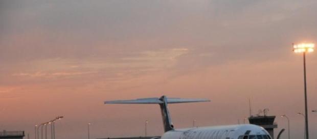 Avión repostando en un aeropuerto
