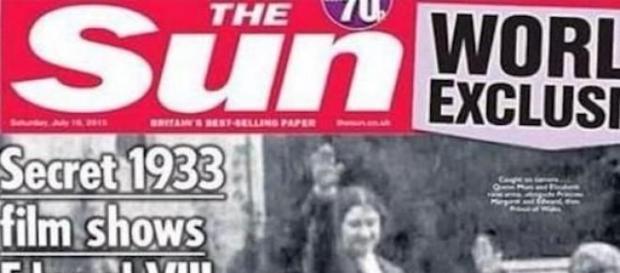Elisabetta II fa il saluto nazista