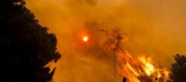 Incendi alla periferia di Atene