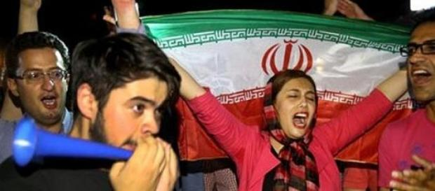 Iranianos comemoram nas ruas do país