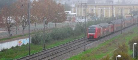 Comboio suburbano com destino a Lisboa.