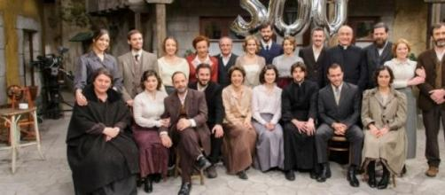Una foto del cast per intero