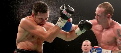 George Groves mentre affronta Carl Froch