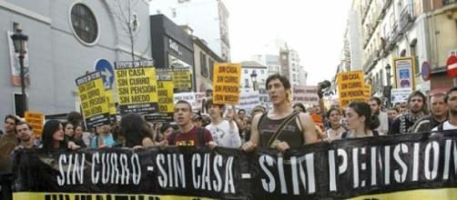 Jóvenes españoles manifestándose por su futuro