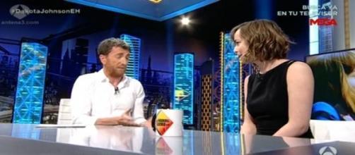 Pablo Motos intenta entrevistar a Dakota Johnson