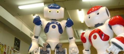 Due robot NAO alle prese con una palla