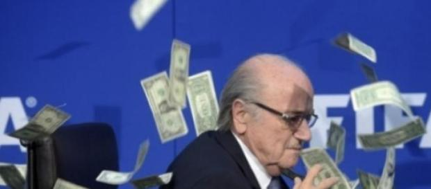 contestatore getta soldi in faccia a Blatter