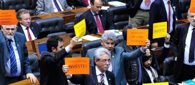 Deputados se manifestam contra a PEC na Câmara