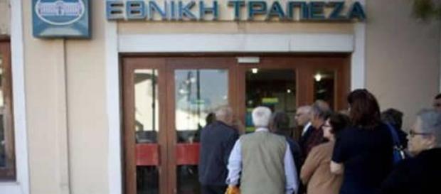 Cittadini greci in coda fuori dalle banche