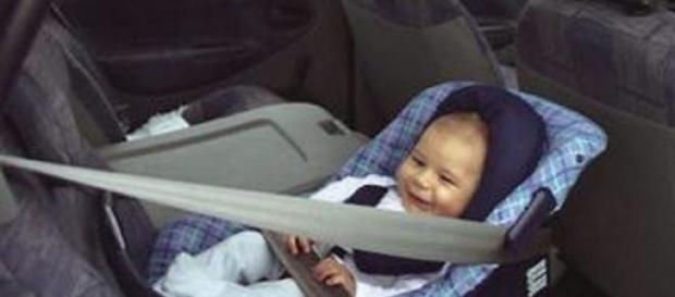 O bebé estava trancado no carro a suar.