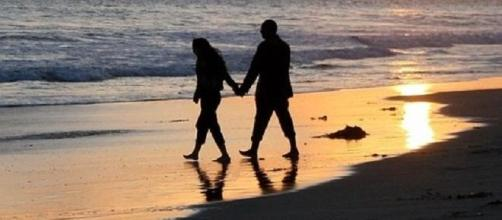 Pareja paseando en la playa