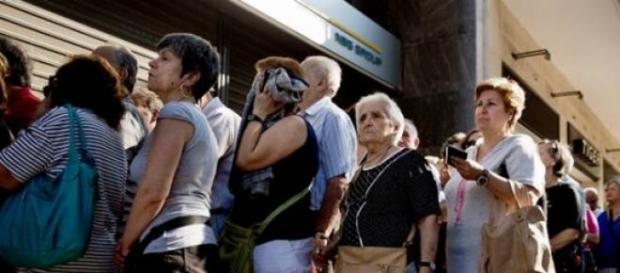 Fila en los bancos de Atenas.
