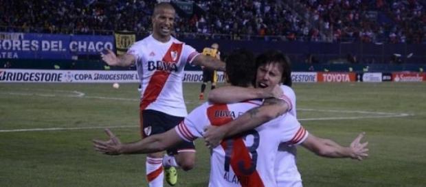Cavenaghi y Sánchez saludan a Alario por su gol