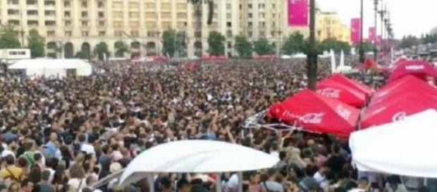 Zeci de mii de oameni fără apă la concert
