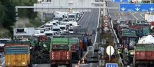 Blocage de l'autoroute par des éleveurs en colère