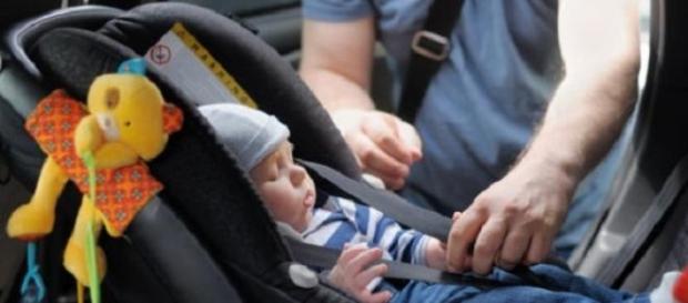 Si-a uitat fetiță de doi ani în mașină