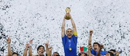 Fabio Cannavaro alza la Coppa del Mondo del 2006