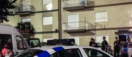 Homem baleou ex-mulher e filho à porta de casa