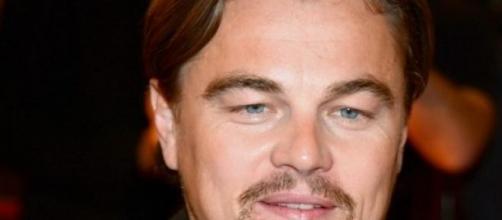 Leonardo DiCaprio firmando un autografo