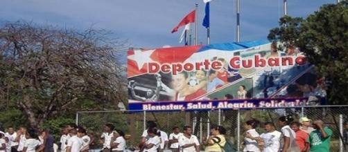 varias personas frente a un cartel