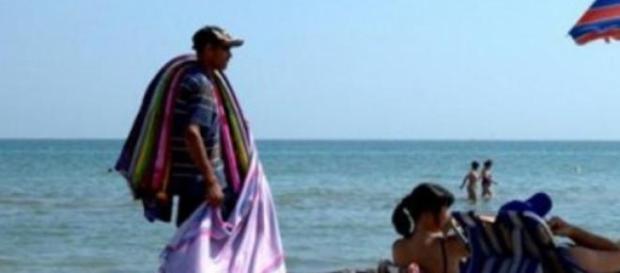 Venditore ambulante su una spiaggia