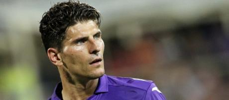 il tedesco, Mario Gomez in maglia Viola.