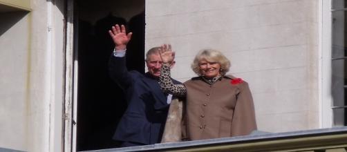 Carlo e Camilla salutano il popolo