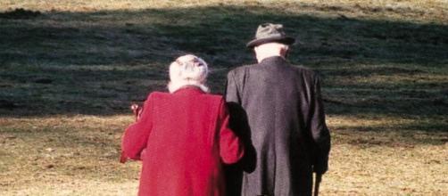 La  vecchiaia è triste per mancanza di speranze.