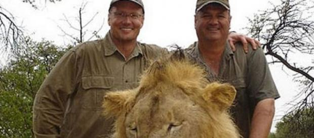 Cecil com os caçadores que o mataram