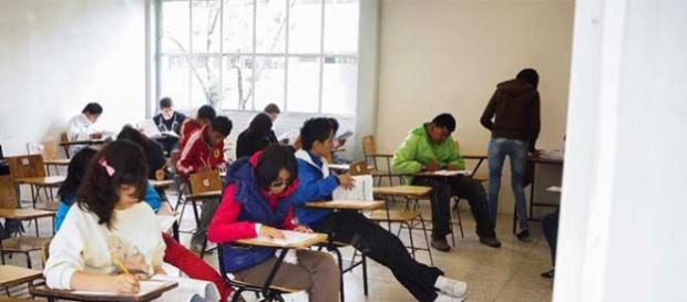 Jóvenes en el examen de Comipems