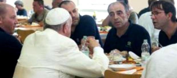 Papa Francesco alla mensa tra impiegati
