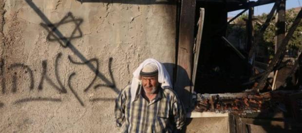 Scritte ebree sulle mura della casa incendiata