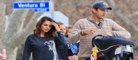 O casal a passear com a sua filha.