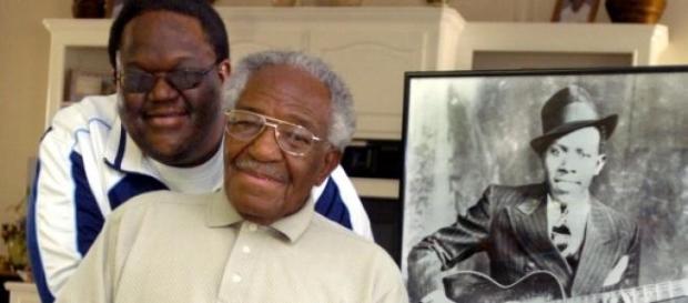 Claud e seu filho, Michael, com a foto de Johnson